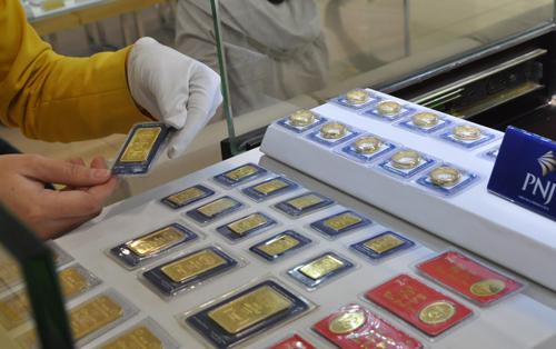 Giá vàng miếng trong nước hiện cao hơn thế giới khoảng 2,5 triệu đồng một lượng.