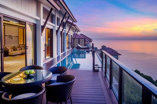 Kiến trúc mở cùng thiết kế hồ bơi vô cực của biệt thự biển Banyan Tree Residences Lăng Cô kết nối con người hoàn toàn với thiên nhiên