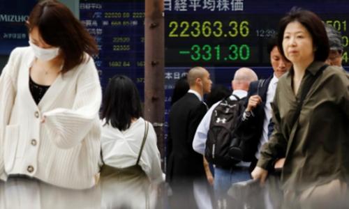 Bảng điện tử bên ngoài một công ty chứng khoán tại Nhật Bản. Ảnh: Reuters