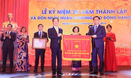 Phó thủ tướng Vương Đình Huệ trao Huân chương Lao động hạng Nhì và cờ thi đua cho lãnh đạo SHB.