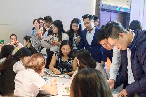 Khách hàng làm thủ tục đặt mua shophouse Khai Sơn Town tại lễ mở bán ngày 28/10