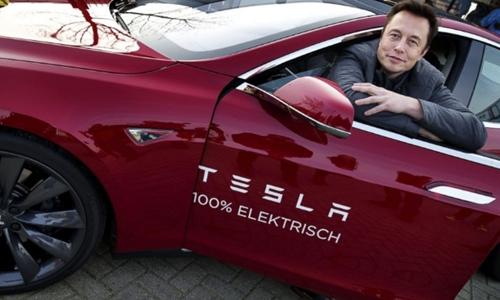 CEO Tesla - Elon Musk và một mẫu xe điện của hãng. Ảnh: AFP