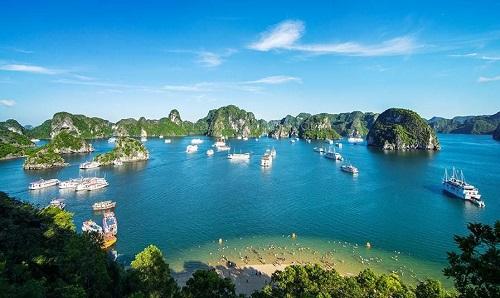 Vịnh Hạ Long giúp Quảng Ninh trở thành trung tâm du lịch của miền Bắc. Ảnh: Tulbach