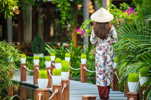 Du khách đến đây thường đi thuyền của resort ngắm hoàng hôn và thưởng thức nhiều trải nghiệm, dịch vụ hấp dẫn. Silk Sense thu hút du khách bởi sự yên tĩnh, bình yên mà cũng không bị quá tách biệt khỏi trung tâm.