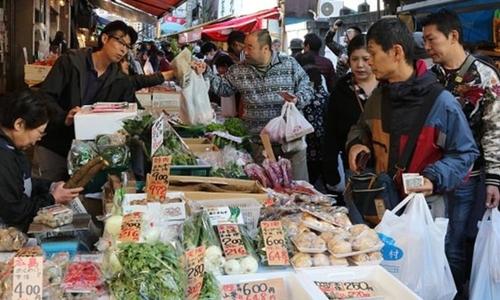 Người dân mua sắm tại một khu chợ ở Nhật Bản. Ảnh: AFP