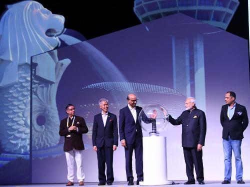 Thủ tướng Ấn Độ Narendra Modi cùng Phó Thủ tướng Singapore T. Shanmugaratnam ra mắt APIX (Application Programming Interface Exchange), một nền tảng Fintech toàn cầu tại Singapore Fintech Festival hôm 14/11. Ảnh: PMINDIA