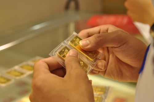 Giá vàng miếng trong nước hiện cao hơn thế giới khoảng 2,1 triệu đồng một lượng.