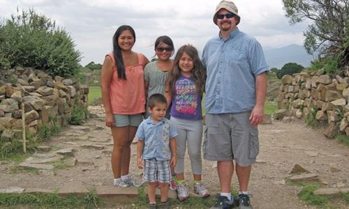 Gia đình anh McCurry trong một chuyến du lịch Mexico cách đây vài năm. Ảnh: Root of God