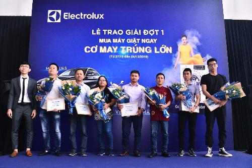 Khách hàng may mắn nhận các giải thưởng từ Electrolux.
