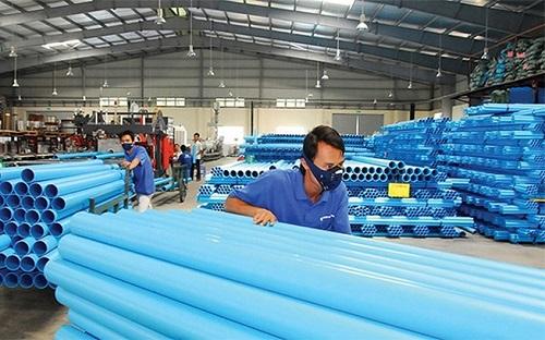 Công nhân sản xuất trong nhà máy Nhựa Bình Minh.