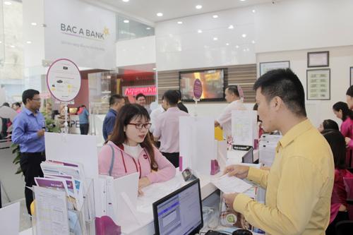 Không khí giao dịch trong ngày khai trương trụ sở mới BAC A BANK - CN Tp HCM