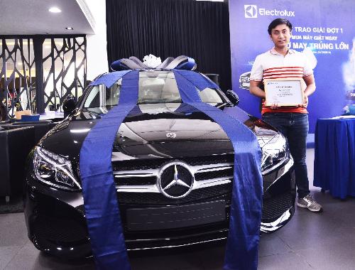 Khách hàng Lê Minh Tùng nhận giải vàng là một chiếc xe Mercedes-Benz C200 trong đợt một của chương trình khuyến mãi Mua máy giặt ngay, cơ may trúng lớn từ Electrolux.