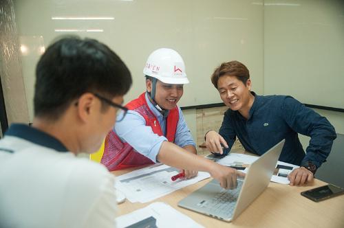 Đội ngũ kỹ sư của Hô Biến có mặt tại công trình để giám sát và xử lý vấn đề cho khách hàng.
