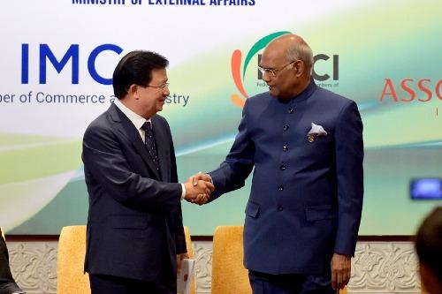 Phó Thủ tướng Trịnh Đình Dũng và Tổng thống Ấn Độ Ram Nath Kovind.Ảnh: VGP