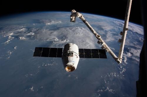 Tàu chở hàng của SpaceX tiếp cận trạm ISS vốn được thiết kế để chở người. Ảnh: NASA