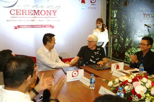 Ông Nicholas Stokes - Nhà sáng lập kiêm CEO của Maxport Limited Việt Nam, và ông David Tan - Tổng giám đốc Abeo International, bắt tay hợp tác triển khai giải pháp SAP S/4HANA For Fashion and Vertical Business.
