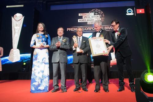 Ông Budiarsa Sastrawinata - Tổng giám đốc Ciputra Hanoi (đứng giữa) nhận giải thưởng danh giá.