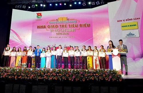 Nam A Bank dành hơn 300 triệu đồng gồm hiện kim và quà tặng trao cho 248 thầy cô đang công tác tại TP HCM.