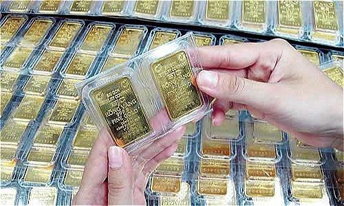 Giao dịch vàng miếng tại một doanh nghiệp tại TP HCM.