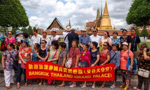 Khách Trung Quốc thăm quan cung điện Hoàng gia Thái Lan. Ảnh: Reuters