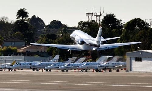 Các hãng cung cấp dịch vụ bay bằng chuyên cơ đang giảm giá dịp Black Friday. Ảnh: AP