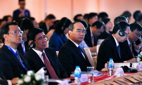Chủ tịch UBND TP HCM Nguyễn Thành Phong (thứ hai từ trái sang) và Bí thư Thành ủy TP HCM Nguyễn Thiện Nhân (thứ ba bên trái sang) lắng nghe các chuyên gia chia sẻ kinh nghiệm phát triển đô thị sáng tạo trên thế giới tại Diễn đàn Kinh tế TP HCM 2018. Ảnh: Hữu Khoa