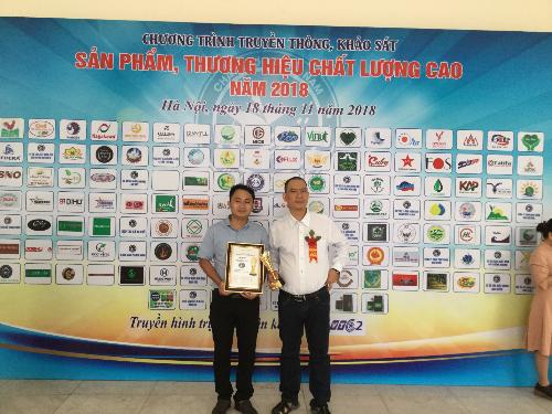 Ông Nguyễn Quan Đức (áo trắng) cùng nhân viên trong buổi lễ vinh danh thương hiệu.