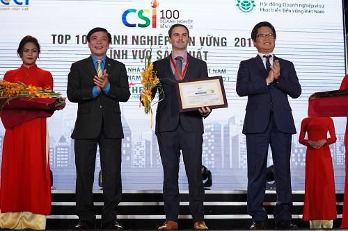 Chủ tịch Tổng Liên đoàn Lao động Bùi Văn Cường (trái) và Chủ tịch VCCI Vũ Tiến Lộc trao tặng danh hiệu doanh nghiệp bền vững nhất Việt Nam năm 2018 (lĩnh vực sản xuất) cho đại diện Heineken Việt Nam - Giám đốc ngoại vụ cấp cao Matt Wilson.