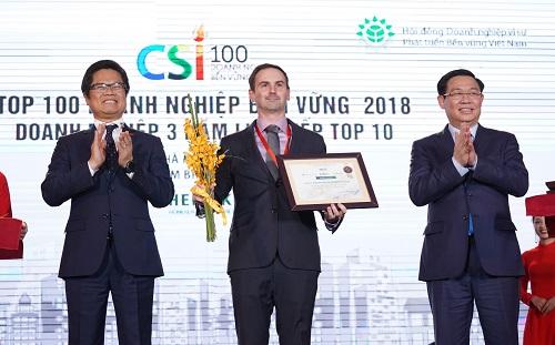 Phó Thủ tướng Vương Đình Huệ và Chủ tịch VCCI Vũ Tiến Lộc vinh danh Heineken Việt Nam trong top 10 doanh nghiệp bền vững nhất 3 năm liên tiếp.