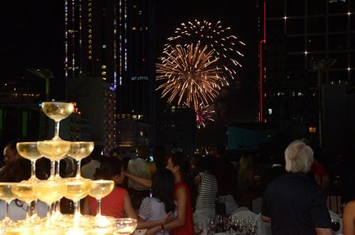 Nhiều du khách thích ngắm pháo hoa trên tầng thượng.