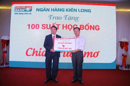 Ông Trần Văn Thiên - Giám đốc Kienlongbank Quảng Nam trao bảng tượng trưng học bổng Chia sẻ ước mơ cho đại diện lãnh đạo tỉnh Quảng Nam