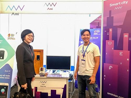 CEO Lê Hoàng Nhật của dự án Ami (phải).