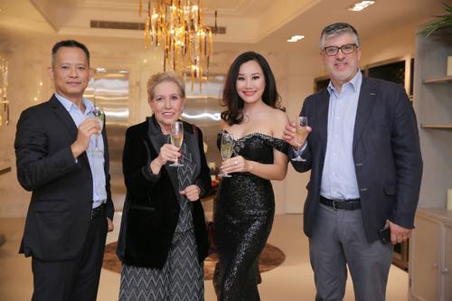 Từ trái qua: ông Phan Đằng Chương (thành viên BGĐ CDC Home Design Center), bà Helena- (Đại diện bán hàng của Serip khu vực châu Á, Thái Bình Dương), bà Nguyễn Hoàng Nguyệt Ánh (GĐ thương hiệu CDC Home Design Center), ông Mario Rui Pires (C.E.O và nhà sáng tạo của thương hiệu đèn Serip - Bồ Đào Nha).