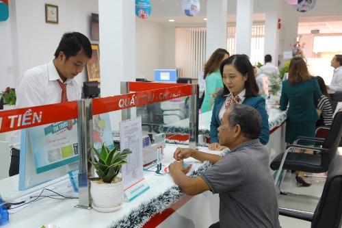 Khách hàng giao dịch tại Kienlongbank ngày khai trương.