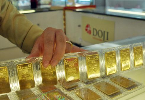 Giao dịch vàng miếng tại Tập đoàn DOJI. Ảnh: PV.