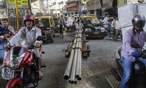 Người dân trên một con phố ở Mumbai (Ấn Độ). Ảnh: Reuters