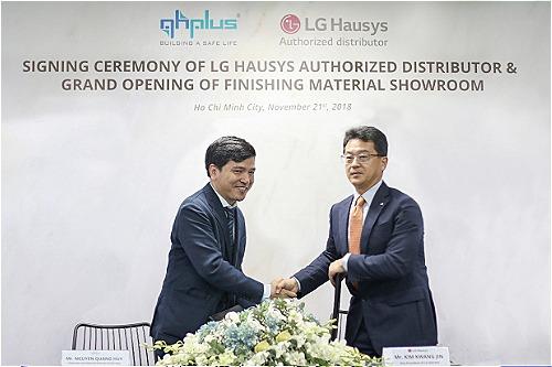 Ông Nguyễn Quang Huy (trái) ký kết hợp tác cùng đại diện LG Hausys.