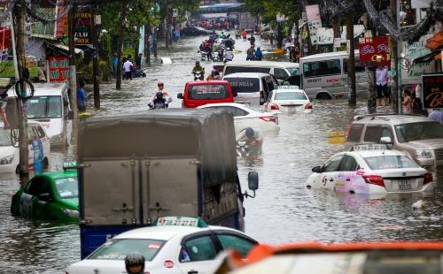 Taxi bơi trên đường Phan Huy Ích (quận Tân Bình) sáng 26/11. Ảnh: Quỳnh Trần