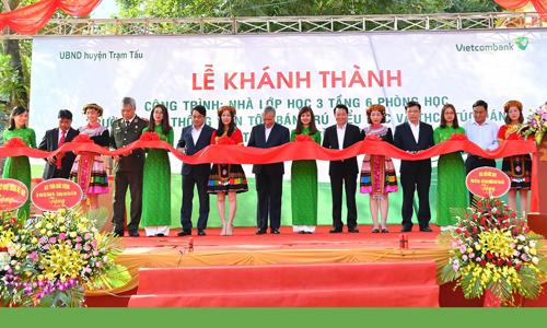 Các đại biểu tham gia cắt băng khánh thành công trình nhà lớp học xã Túc Đán, huyện Trạm Tấu, tỉnh Yên Bái