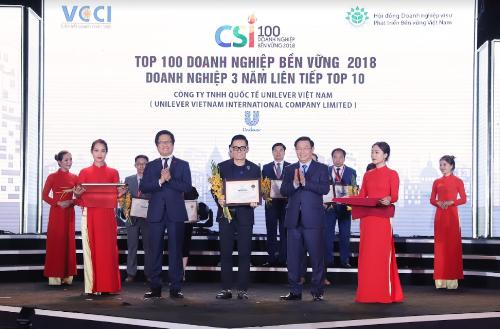 Ông Trần Vũ Hoài, đại diện Unilever Việt Nam, nhận giải thưởngtop 10 Doanh nghiệp bền vững xuất sắc nhất 2018 và Top 10 Doanh nghiệp bền vững 3 năm liên tiếp.