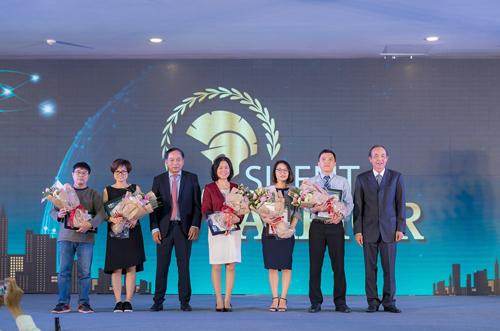 Đại diện Ban lãnh đạo trao hoa và quà cho cán bộ công nhân viên xuất sắc.