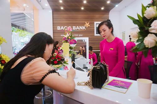 Khách hàng giao dịch tại Ngân hàng Bắc Á chi nhánh Đắk Lắk trong ngày khai trương.