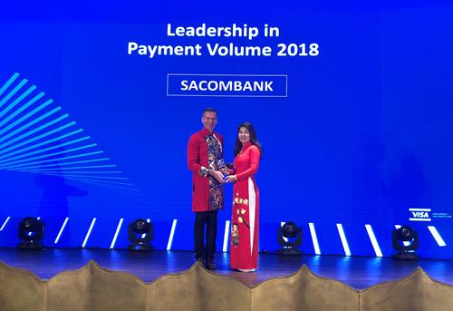 Đại diện Sacombank nhận giải thưởng của Tổ chức Visa.Để biết thêm thông tin chi tiết, khách hàng vui lòng liên hệ Hotline 1900 5555 88 hoặc 028 3526 6060; truy cập website sacombank.com.vn và đăng ký thẻ online tại website card.sacombank.com.vn.