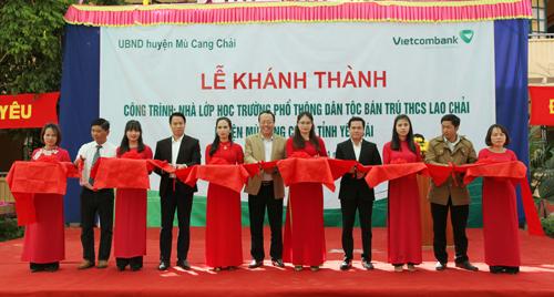 Nghi thức cắt bang khánh thành công trình lớp học Trường Phổ thông dân tộc bán trú THCS Lao Chải.