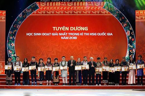 Trao thưởng cho học sinh, sinh viên dân tộc thiểu số đoạt giải nhất trong kỳ thi học sinh giỏi quốc gia năm 2018.