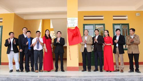 Các đại biểu thực hiện nghi thức mở biển tên công trình lớp học Trường Phổ thông dân tộc bán trú THCS Lao Chải.