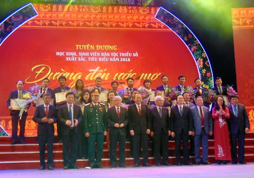 Đại diện các nhà tài trợ nhận bằng khen từ chương trình.