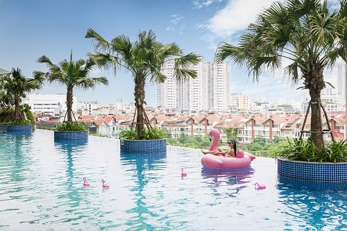 Bể bơi vô cực ngoài trời tạo không gian thư giãn cho cư dân.