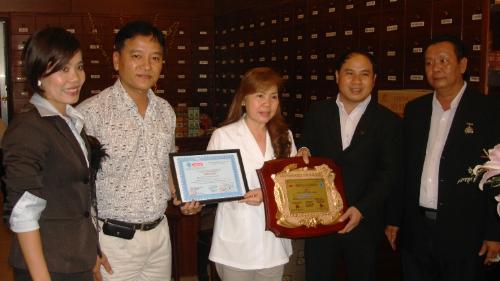Bà Nguyễn Thị Hòa - Phó tổng giám đốc Công ty CP Bảo Thanh Đường nhận giải thưởng Thương hiệu tin cậy do Trung Tâm UNESCO Văn Hóa và Thông Tin Truyền Thông trao tặng.