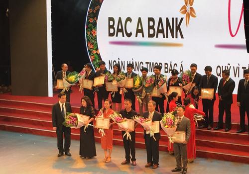 Ong Truong Vinh Loi Pho TGD BAB (thứ nhất từ phải sang) đại diện BAB va Quy VTVV nhận bằng khen của Bộ trưởng